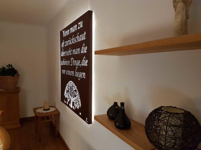 Seitenansicht eines individuellen Wandbildes von Lichtzeit