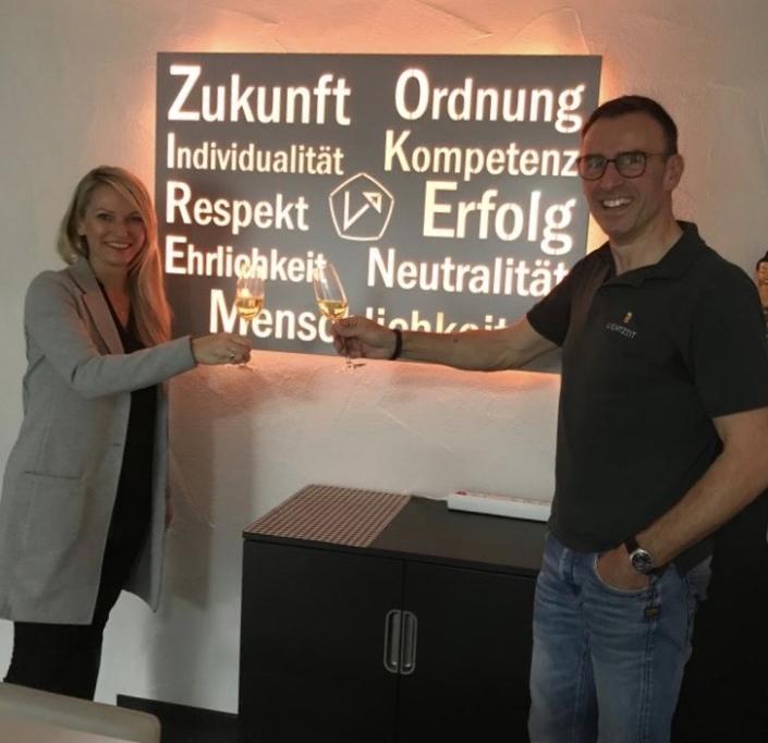 Individuelle Wandleuchte für den Geschäftsbereich Dr. Holger Klein & Partner