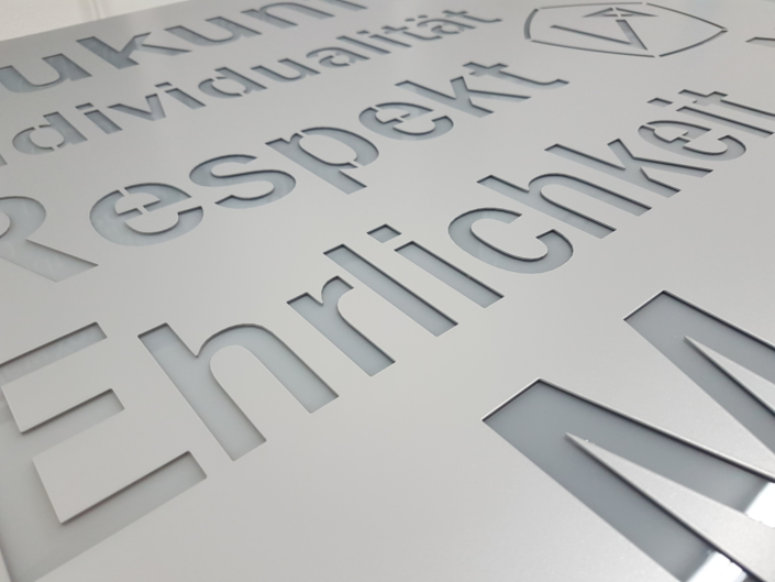 Individuelle Gestaltung einer Wandleuchte für den Geschäftsbereich durch Lichtzeit